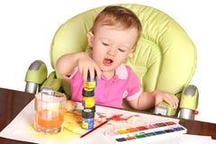 Baby die met verven speelt Stock Foto's
