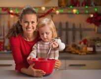 Baby die moeder helpen Kerstmiskoekjes maken royalty-vrije stock foto
