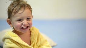 Baby die na Bad lachen stock videobeelden