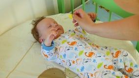 Baby die Neusdalingen krijgen stock videobeelden