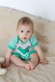 Baby die omhoog kijken Stock Foto's