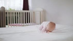 Baby die op Al Fours op het Bed kruipen stock video