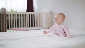 Baby die op Al Fours op het Bed kruipen stock footage