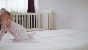 Baby die op Al Fours op het Bed kruipen stock videobeelden