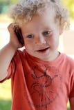 Baby die op cellphone spreekt royalty-vrije stock fotografie