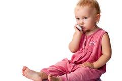 Baby die op de mobiele telefoon spreekt Stock Afbeeldingen