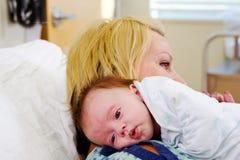 Baby die op de schouder van het Mamma rusten royalty-vrije stock foto