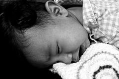 Baby die op de vloer schreeuwen royalty-vrije stock afbeelding