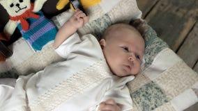 Baby die op doek liggen stock footage