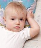 Baby die op een hoofdkussen ligt Stock Afbeelding