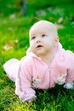 Baby die op gras ligt Royalty-vrije Stock Afbeelding