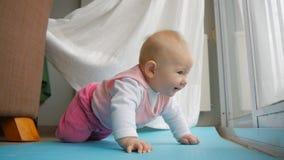 Baby die op knieën schommelen die proberen voor het eerst te kruipen stock footage