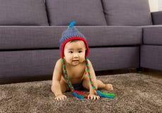 Baby die op tapijt kruipen royalty-vrije stock afbeeldingen