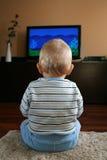 Baby die op TV let stock foto