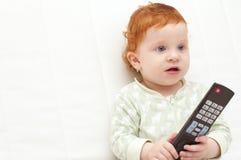 Baby die op TV letten Stock Fotografie