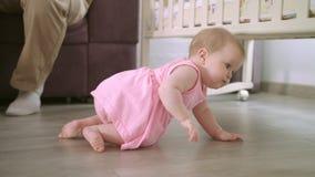 Baby die op vloer thuis kruipen Zoete kinderjaren Peuter die in huis lopen stock footage