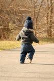 Baby die op weg loopt Royalty-vrije Stock Fotografie
