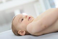 Baby die op zijn te veranderen luier wachten Stock Foto's