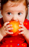 Baby die perzik eet royalty-vrije stock afbeelding