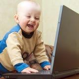 Baby die pret met laptop heeft Stock Fotografie