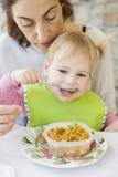 Baby die rijst van tupperware eten Royalty-vrije Stock Fotografie