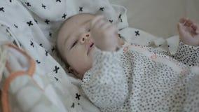 Baby die in slaap vallen stock video