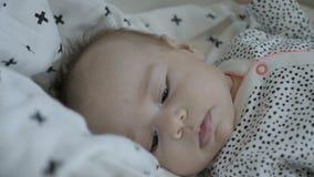 Baby die in slaap vallen stock footage