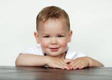 Baby die in Studio glimlacht Stock Afbeeldingen