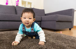 Baby die thuis kruipen royalty-vrije stock afbeelding