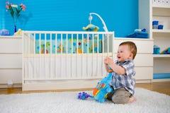 Baby die thuis speelt Royalty-vrije Stock Afbeeldingen