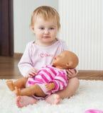 Baby die thuis spelen royalty-vrije stock foto