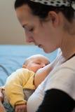 Baby die tijdens het voeden in slaap valt Royalty-vrije Stock Afbeelding