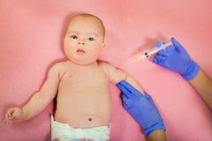 Baby die vaccin ontvangen stock afbeelding