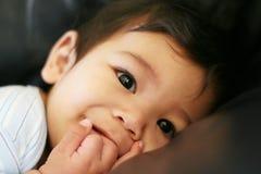 Baby die van zijn handen geniet stock fotografie