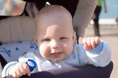 Baby die in vervoer loopt Royalty-vrije Stock Foto