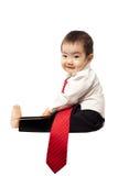 Baby die wit overhemd en bandlezingsboek draagt Stock Foto's
