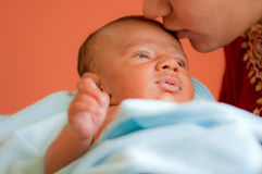Baby die wordt gekust Stock Foto's