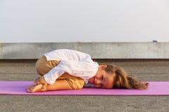 Baby die yoga op het dak doen Royalty-vrije Stock Foto's