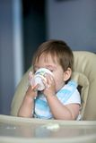 Baby die yoghurt eet Royalty-vrije Stock Afbeeldingen