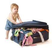 Baby die zich dichtbij koffer bevindt Royalty-vrije Stock Foto's