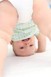 Baby die zich op hoofd bevinden Royalty-vrije Stock Foto's