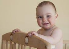 Baby die zich in wieg bevinden stock foto's