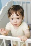 Baby die zich in zijn voederbak bevindt royalty-vrije stock afbeeldingen