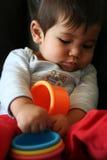 Baby die zijn handen leert te gebruiken stock afbeelding