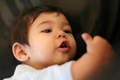 Baby die zijn handen ontdekt Royalty-vrije Stock Afbeeldingen