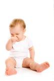 Baby die zijn neus krast Stock Afbeeldingen