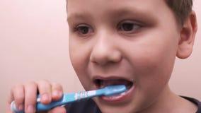 Baby die zijn tanden in de spiegel borstelen stock footage