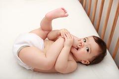 Baby die zijn tenen zuigt Stock Fotografie