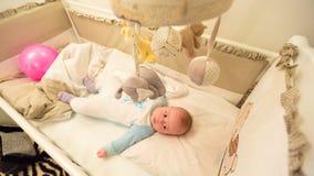 Baby die in zijn wieg liggen stock afbeeldingen