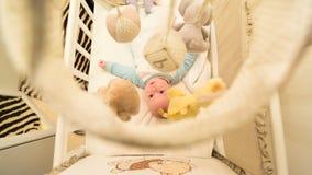 Baby die in zijn wieg liggen royalty-vrije stock fotografie